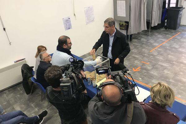 Pierre Savelli glissant son bulletin dans l'urne le 15 mars dernier