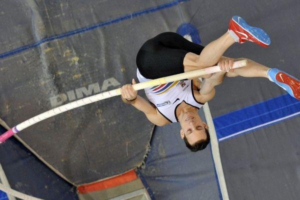 Renaud Lavillenie a réalisé la meilleure performance mondiale de l'année en passant une barre à 5,93m, le 17 février à Aubière, et conservé son titre de champion de France en salle de saut à la perche.