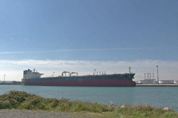 26 Avril 2021: le pétrolier Fairway à l'isolement sur un quai du Havre après la découverte d'un cluster au sein de l''équipage