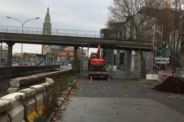 Ce camion qui transportait une pelleteuse a percuté le haut de la Passerelle des Arts et métiers qui menace de s'effondrer.