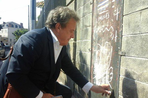 Jean-Charles de Castelbajac dessinant un ange sur le mur du lycée Gay-Lussac
