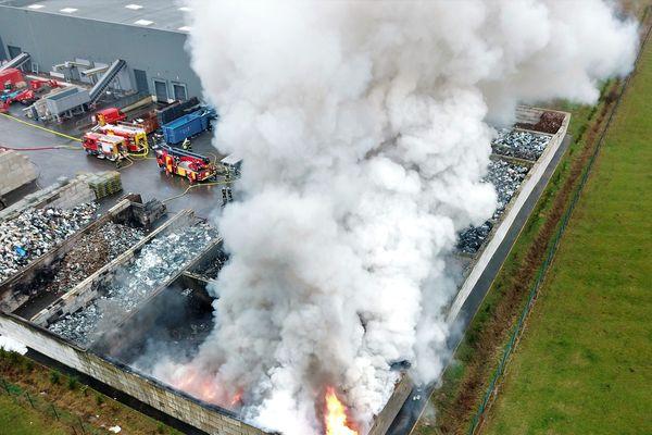 Une photo aérienne prise par un drone, lors de l'intervention des sapeurs-pompiers de l'Allier sur le site de l'entreprise Environnement Recycling à Domérat, près de Montluçon, le 21 janvier 2019.
