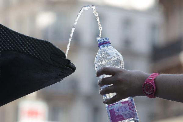 En cas de fortes chaleurs, n'oubliez pas de boire beaucoup d'eau pour vous hydrater.