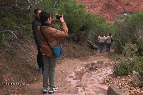 Promeneurs sur sentier conçu pour ne pas empiéter sur l'espace naturel