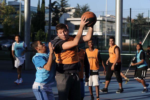 """Illustration : activité """"basket"""" avec l'association Sport dans la ville à Vaise en 2014"""