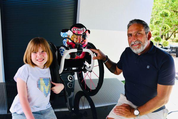 Ilena Caye, au côté d'Antonio Torres, représentant d'Aria Wheels, en France lors de la remise de son fauteuil.
