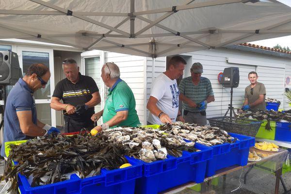 les ostréiculteurs de Rivedoux ouvrent 3600 huîtres pour remercier les soignants