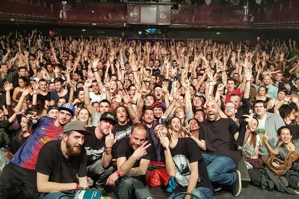 Le groupe Chinese Man avec leur public lors de leur dernier concert à Barcelone