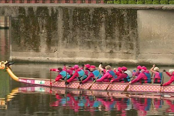 """Les Dames de Coeur dans leur """"dragon boat""""."""