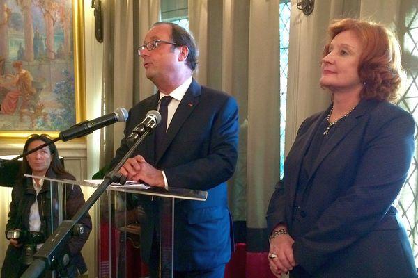 Carcassonne - François Hollande décore Christine Pujol, ex présidente de l'Union des Métiers et des Industries de l'Hôtellerie - 20 septembre 2017.