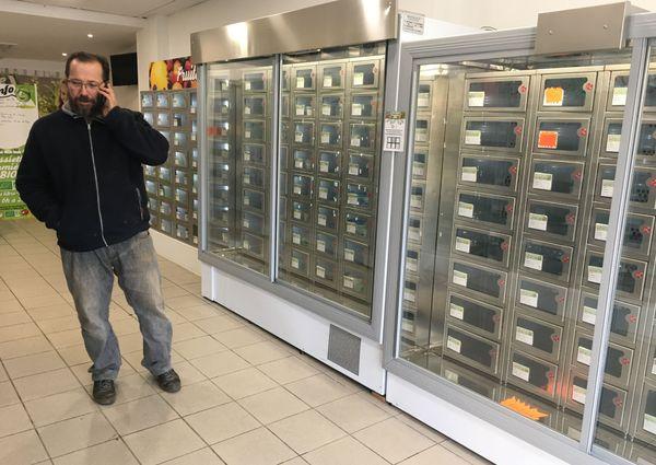 C'est une autre approche de la vente au détail: le distributeur automatique de produits en casiers séduit de nouveaux consommateurs