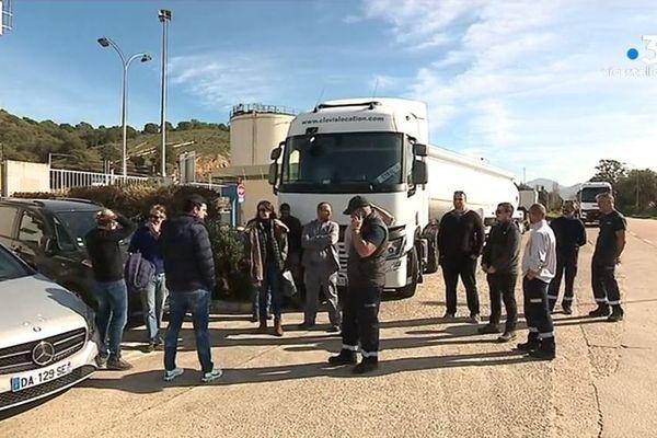 Des chauffeurs-livreurs dénoncent la gestion des stocks des dépôts pétroliers de la Corse qui les oblige à faire plus de route. Ils ont bloqué pour la seconde journée consécutive le dépôt du Vazzio, près d'Ajaccio, mercredi 12 février.
