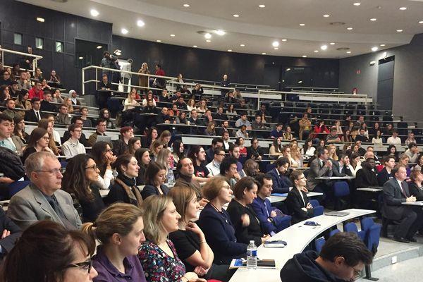 Etudiants en droit lors de la conférence de Laurent Fabius à Université de Lorraine (Metz)