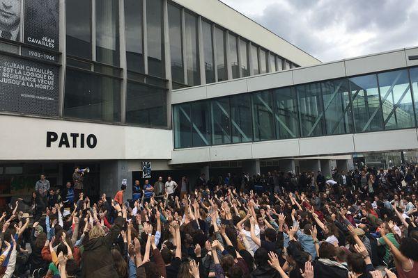 L'extension du blocage à l'ensemble des bâtiments du campus a été adoptée à 359 voix contre 260.