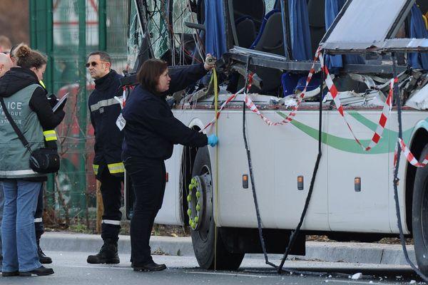 Le 11 février 2016, la police scientifique effectue des relevés sur le car accidenté.