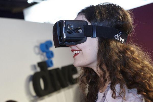 Une visiteuse essaie un casque de réalité virtuelle