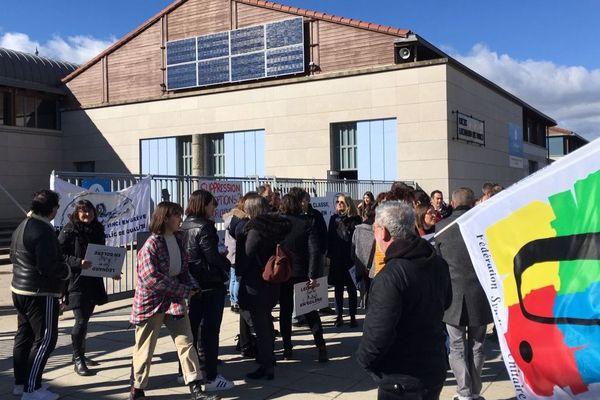 A Monistrol-sur-Loire, en Haute-Loire, les enseignants du lycée Léonard-de-Vinci ont manifesté mardi 18 février contre la suppression de postes.