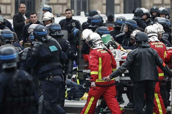 Les secours en cours d'intervention, place de la République, après le malaise d'un policier samedi après l'évacuation des gilets jaunes à Paris.