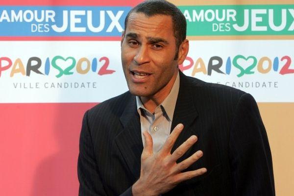 L'ancien champion français de basket-ball Richard Dacoury pose, le 09 mai 2005 à Paris, lors de la présentation d'un spot, en soutien à la candidature de Paris à l'organisation des jeux Olympiques et Paralympiques.