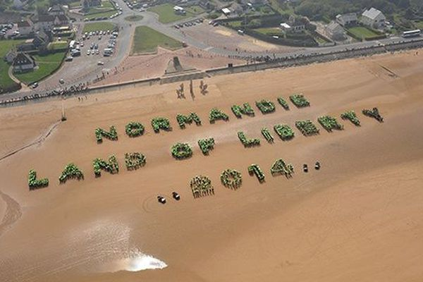 Normandy, Land of Liberty 2014 » en lettres humaines sur la plage d'Omaha (Saint-Laurent sur-mer dans le Calvados). C'était le 16 avril 2011. 3 000 scouts venus des Etats-Unis et de toute l'Europe s'étaient réunis pour écrire ce message avec la participation des Bas-Normands