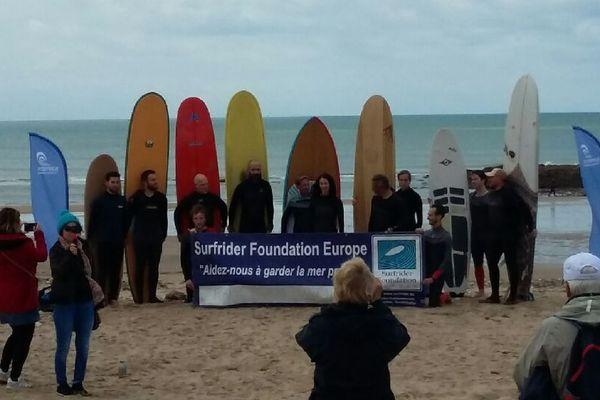 Malgré la pluie et le vent, une centaine de personnes et une quinzaine de surfeurs se sont rassemblées en Vendée, plage de la Normandelière, contre le projet de port de plaisance.