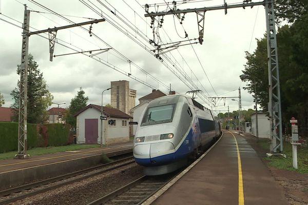 Un TGV arrivant en gare de Montbard (Côte-d'Or), en octobre 2020.
