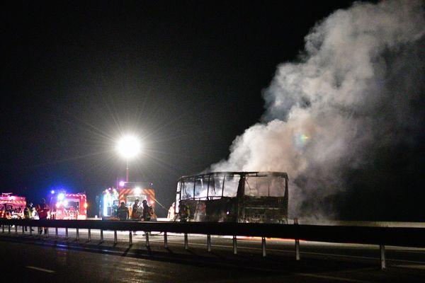 Le bus de l'équipe Espoirs de l'USAP a pris feu sur l'A75 à hauteur du viaduc de Verrières dimanche 26 février 2017.
