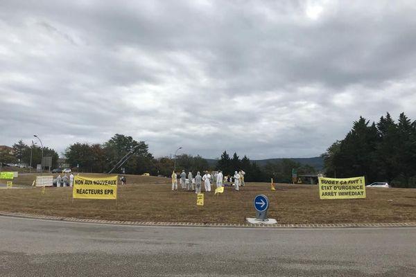 Les opposants au nucléaire, mobilisés sur un rond-point d'Ambérieu-en-Bugey ce samedi 29 août 2020.