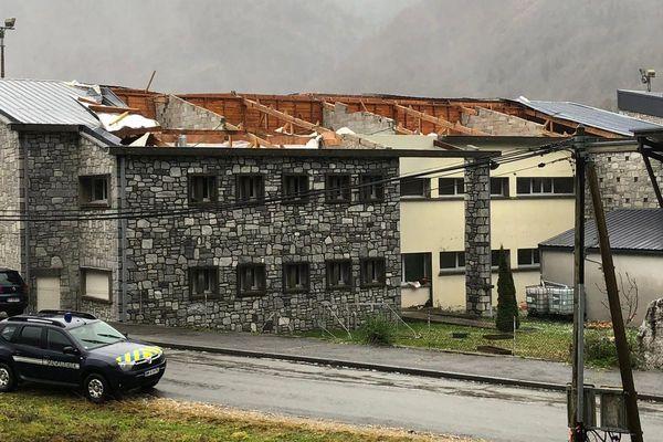 Le vent a littéralement emporté le toit de l'école de Saint-Béat (Haute-Garonne)