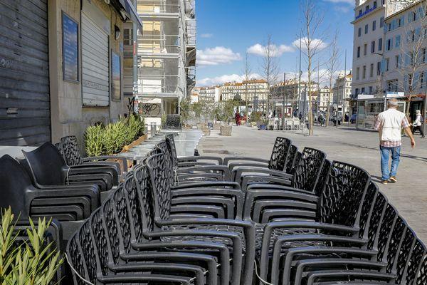 A Marseille, près du Vieux-Port, comme partout en France, les commerces et restaurants ont fermé.
