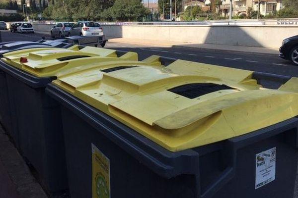 Les bacs à ordures rangés à l'extérieur devant une résidence de Montpellier.