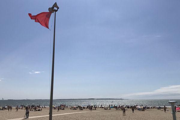 drapeau rouge sur la plage de Saint-Georges-de-Didonne (Charente-Maritime) le 8 août 2018