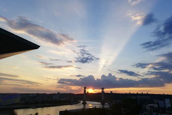 Un coucher de soleil lumineux et quelques derniers rayons au soir tombant : un spectacle devenu rare, à Rouen comme ailleurs... ou alors sur photo faute de mieux, perturbations obligent.