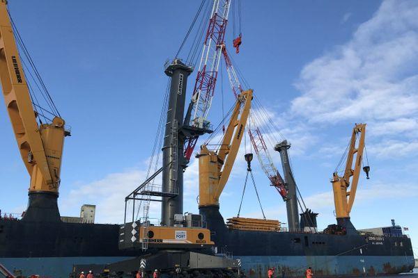 Déchargement d'une nouvelle grue qui équipera le port de Saint-Nazaire