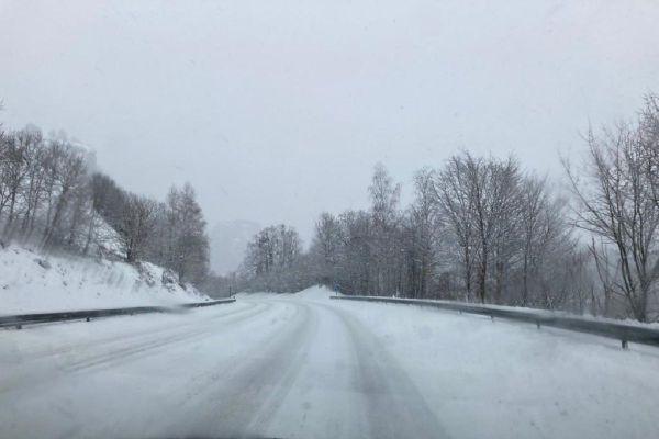 Les Auvergnats ont partagé des photos de l'épaisse couche de neige ce jeudi 10 décembre, sur les réseaux sociaux.