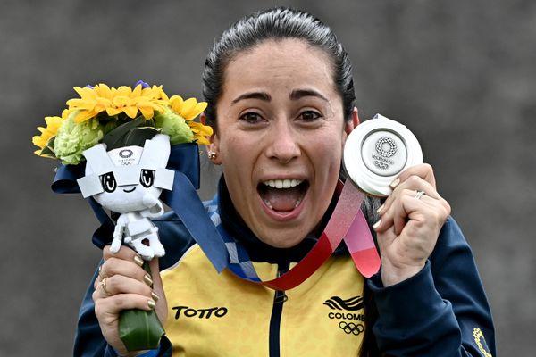 La joie de Mariana Pajón, médaille d'argent, sur le podium de l'épreuve de BMX Course aux Jeux Olympiques de Tokyo, au Japon.