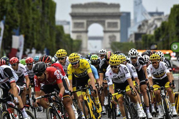 L'Allemand Simon Geschke, le Belge Thomas De Gendt, le Britannique Christopher Froome portant le maillot jaune du leader, le Polonais Michal Kwiatkowski et le Colombien Sergio Henao devant l'Arc de Triomphe lors de la 21e et dernière étape de la 104ème édition de la course cycliste du Tour de France, le 23 juillet 2017 entre Montgeron et Paris Champs-Elysées.