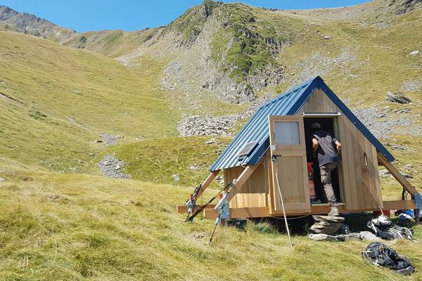 Cabane d'Etienne Moyenin, berger sur l'estive d'Ourdouas ( commune de Sentein ) en Ariège.