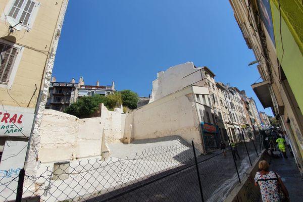 Un trou béant entre les numéros 61 et 69 de la rue d'Aubagne, quartier Noailles, au cœur de Marseille.
