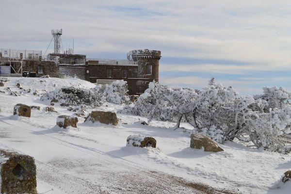 La neige a déposé son manteau blanc sur le site météo du Mont Aigoual à 1567 m d'altitude mercredi 13 novembre 2019. Elle va continuer de tomber jeudi en Lozère, Aveyron et sur les Pyrénées.