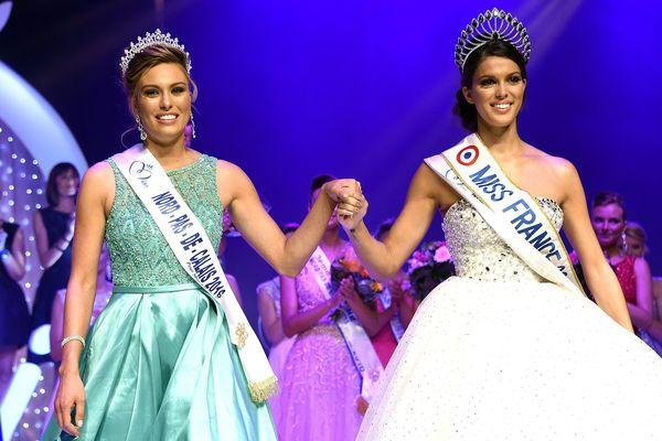 Iris Mittenaere (à droite), candidate à l'élection de miss Univers, a cédé son écharpe de miss Nord-Pas-de-Calais à Laurine Maricau.