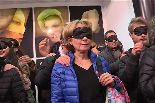 Les yeux bandés, les spectateurs sont emmenés par un guide jusqu'au lieu de spectacle.