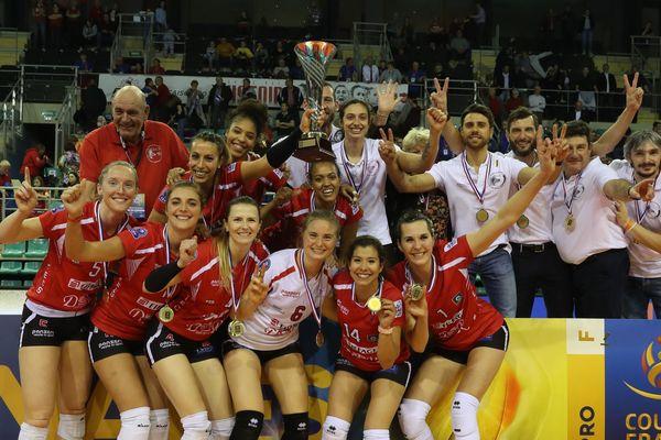 La joie de Saint Raphaël qui célèbre sa victoire en finale de la Coupe de France de volley contre l'équipe de Nantes.