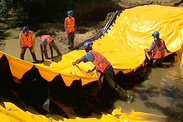 """Un """"water-gate"""" (un barrage mobile) a été utilisé pour faire passer une ligne de 63 000 volts sous la rivière Auxois dans la Nièvre."""