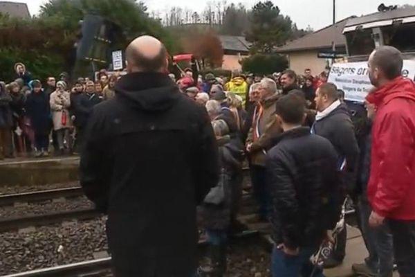 Environ 300 personnes ont manifesté samedi 1er décembre à Lépin-le-Lac en Savoie