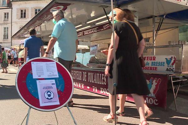 Un arrêté du maire de Beaune a rendu le masque obligatoire sur les marchés extérieurs pour éviter un rebond de l'épidémie de coronavirus covid-19 à la faveur de l'été.