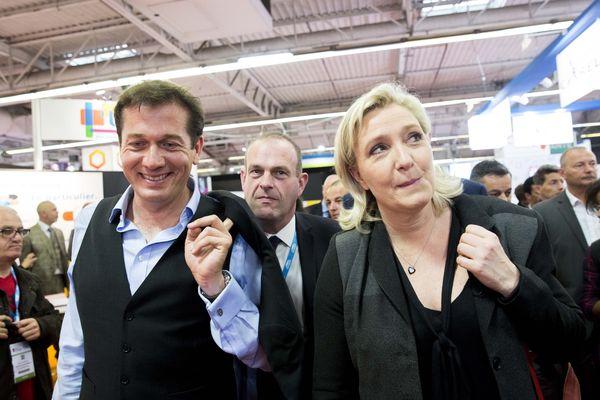 Marc-Etienne Lansade avec Marine Le Pen au salon des maires porte de Versailles à Paris, le 1er juin 2016.
