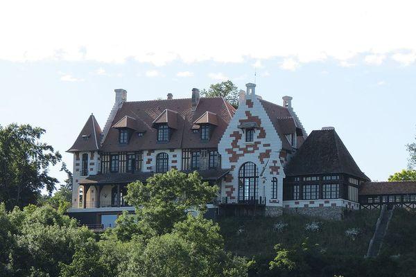 Dans l'Eure, en bord de Seine à Herqueville, le Château Renault bénéficiera d'éclaircies matinales en ce SAMEDI.
