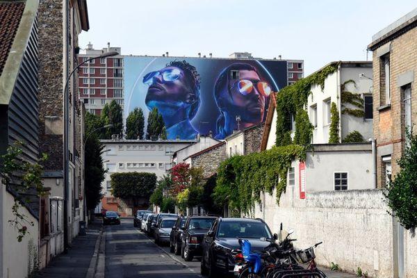 """Le visuel du dernier album de PNL, """"Deux Frères"""", installé sur la façade des bâtiments où les rappeurs du groupe ont grandi, dans la cité Gagarine à Ivry-sur-Seine."""