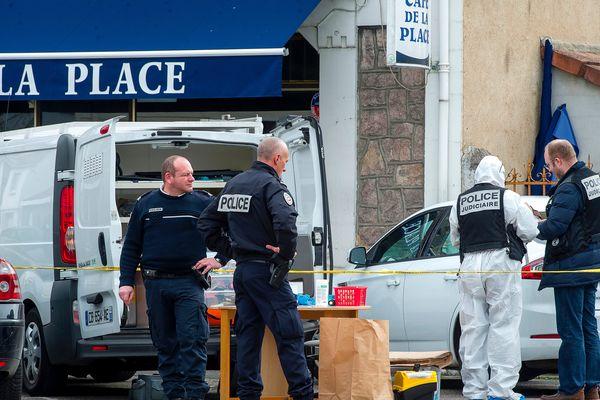 Le corps d'une femme de 74 ans avait été retrouvé le 13 mars à son domicile situé dans le même quartier de Montluçon que le couple de retraités tué chez lui, dans la nuit du 2 au 3 mars. Les modes opératoires de ces meurtres présentaient des similitudes. Selon le parquet de Cusset les deux affaires pourraient être liées.